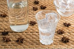 Ouzo ou Raki traditionnel de boissons photo stock