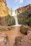 Ouzoud vattenfall i den storslagna kartbokbyn av Tanaghmeilt Royaltyfri Bild