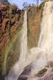 Ouzoud vattenfall i den storslagna kartbokbyn av Tanaghmeilt Arkivfoto