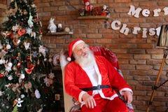Oväntat utseende av den busiga pojken framme av Santa Claus Royaltyfri Bild