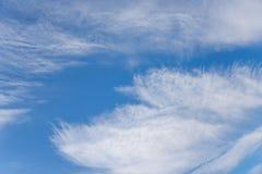 Ovårdade satte fransar på moln under en stark vind med orkanen fo Royaltyfria Bilder