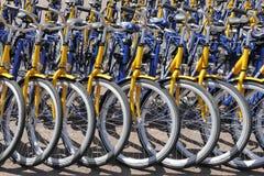 Ov-hyra cyklar från de holländska järnvägarna Arkivbilder