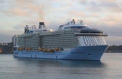 Ova??o do navio de cruzeiros de Royal Caribbean dos mares no porto de Auckland foto de stock