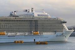 Ova??o do navio de cruzeiros de Royal Caribbean dos mares no porto de Auckland imagem de stock royalty free