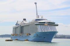 Ova??o do navio de cruzeiros de Royal Caribbean dos mares no porto de Auckland foto de stock royalty free
