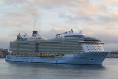 Ova??o do navio de cruzeiros de Royal Caribbean dos mares no porto de Auckland fotos de stock royalty free