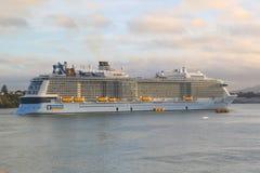Ova??o do navio de cruzeiros de Royal Caribbean dos mares no porto de Auckland imagens de stock royalty free