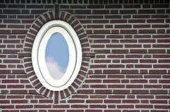 Ovaal venster in bakstenen muur Stock Foto's