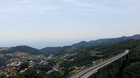 OVADA, ITALIEN - 7. JULI 2018: eine große Brücke, ein Autobahn, Landstraße, die über eine Klippe, zwei Berge anschließend hochrag stock video