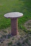Oval granittabell på en gräsmatta Royaltyfria Bilder
