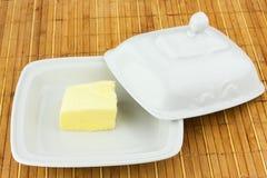 Oval maträtt med det olje- locket på en bambuservett fotografering för bildbyråer