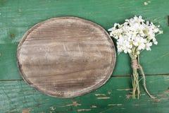 Oval platta och en blommabukett royaltyfri fotografi