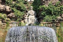 Oval springbrunn i villan Este Fotografering för Bildbyråer