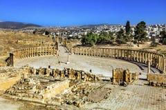 Ovala joniska kolonner forntida Roman City Jerash Jordan för Plaza 160 Arkivbild