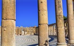 Ovala joniska kolonner forntida Roman City Jerash Jordan för Plaza 160 Royaltyfri Bild
