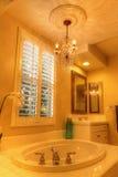 Ovala varma badar brunnsortbadkaret i ett marmorbadrum Fotografering för Bildbyråer