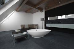 Ovale badkuip in het midden van badkamers stock afbeeldingen