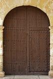 Ovale Holztüren mit Eisen-Installationen Stockbilder