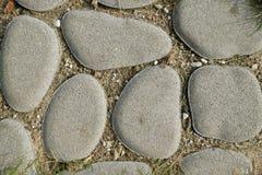 Ovale Steine in der Erde lizenzfreie stockfotos