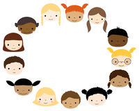 Ovaler Rahmen mit netten Kindergesichtern lizenzfreie abbildung