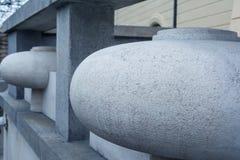 Ovales en pierre décoratifs de granit gris Détail du paysage de la barrière Beau fond avec la teinte bleue image stock