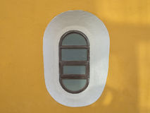 Ovales Fenster auf einer Wand Lizenzfreie Stockbilder
