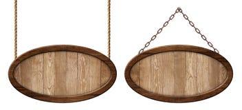 Ovales hölzernes Brett hergestellt vom Naturholz und mit dem dunklen Rahmen, der auf Seilen und Ketten hängt stockfotografie