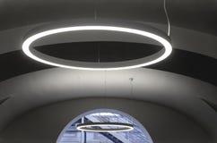 Ovales Licht in interier des Gebäudes stockfotos