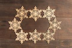 Ovales Schneeflockenrahmendesign auf Holztisch Lizenzfreies Stockbild