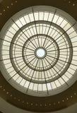 Ovalt tak som konstrueras av exponeringsglas och stål royaltyfria bilder