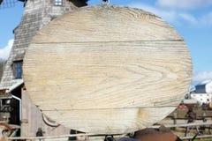 Ovalt träbaner som hänger nära en gammal väderkvarn royaltyfri fotografi
