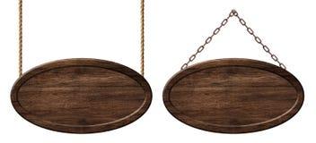 Ovalt träbräde som göras av mörkt trä som hänger på rep och kedjor arkivbilder