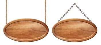 Ovalt träbräde som göras av naturligt trä som hänger på rep och kedjor arkivbilder