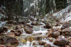 ovanför aftonexponeringsdimma lade ogenomskinlighet långt vatten för bergflodskyen Arkivbilder