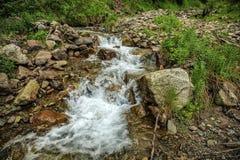 ovanför aftonexponeringsdimma lade ogenomskinlighet långt vatten för bergflodskyen Fotografering för Bildbyråer