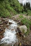 ovanför aftonexponeringsdimma lade ogenomskinlighet långt vatten för bergflodskyen Royaltyfri Bild