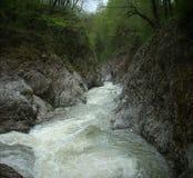 ovanför aftonexponeringsdimma lade ogenomskinlighet långt vatten för bergflodskyen Royaltyfri Foto
