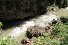 ovanför aftonexponeringsdimma lade ogenomskinlighet långt vatten för bergflodskyen Arkivfoto