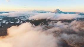 ovanför att flyga för oklarheter härligt berglandskap arkivfilmer