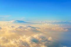 ovanför att flyga för oklarheter sikt från flygplanet, mjuka fokusstrålar av ljus arkivbilder