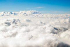 ovanför att flyga för oklarheter Solig sikt från flygplanet, mjuk fokus arkivfoton