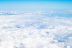ovanför att flyga för oklarheter Solig sikt från flygplanet, mjuk fokus arkivbilder