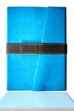 ovanför bakgrund stängde sig den blåa boken isolerat över siktswhite Royaltyfria Bilder
