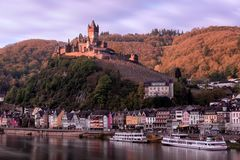 ovanför byggnadsslottcochem fortsätt den lokaliserade Europa germany gotiska kullen moselle som den neo utstående floden syns sil Royaltyfria Bilder