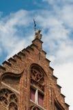 Ovanför delen av fasaden av en forntida byggnad Royaltyfria Bilder