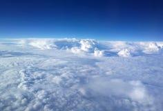 ovanför den blåa ljusa oklarhetsskyen Royaltyfri Foto