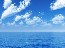ovanför den blåa molniga havsskyen Arkivfoto