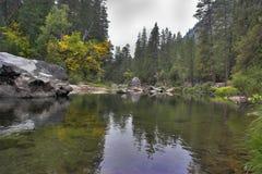 ovanför den dimmiga lakeskyen Royaltyfria Bilder