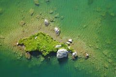 ovanför den gröna ön royaltyfri fotografi