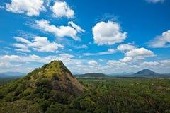 ovanför den små bergskyen Arkivfoto